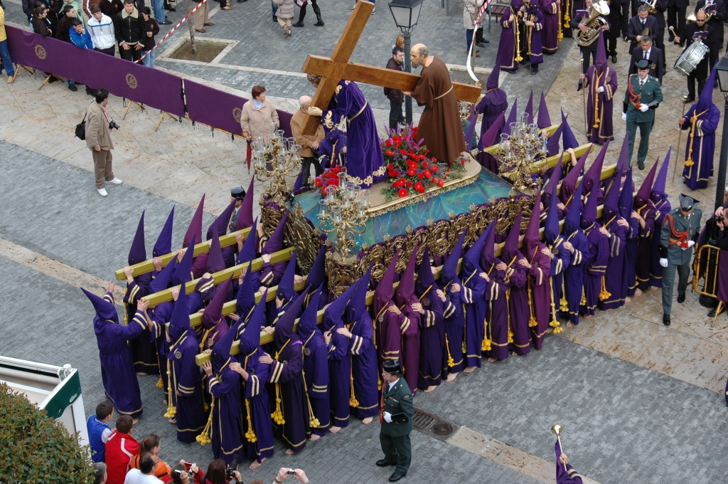 NUESTRO PADRE JESÚS NAZARENOS CON EL CIRINEO DURANTE LA PROCESIÓN DE LOS PASOS